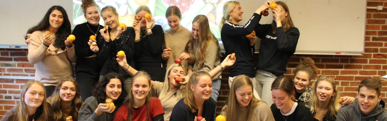 Appelsiner, æbler og kanelgifler er en del af materialet, når Gastronauterne arbejder i dansk. Foto: Casper Thrane
