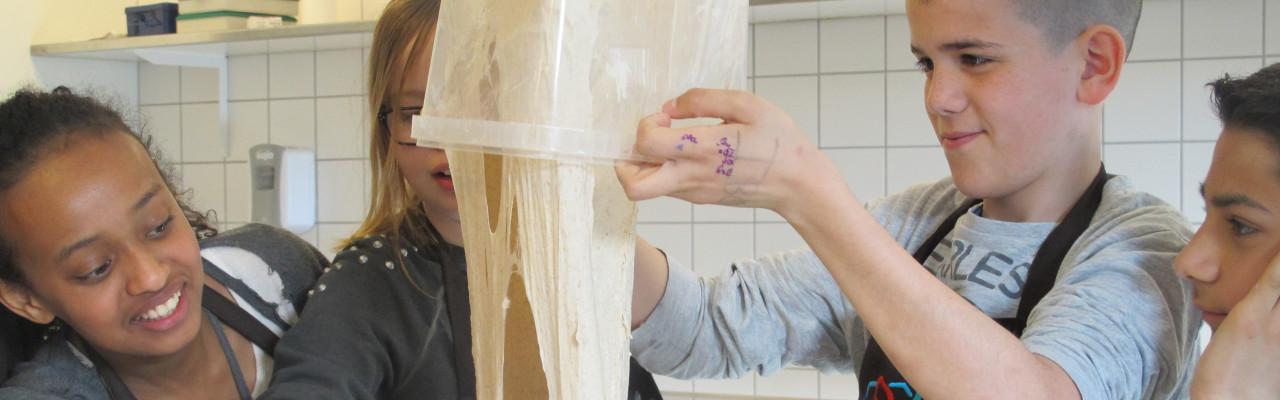 Elever fra Brøndbyøster Skole bager brød på Nordic Food Lab. Foto: Anne Bech