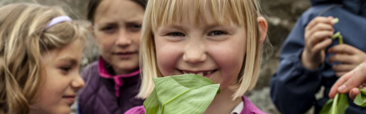 Elever fra Kongeskærskolen i Allinge på smagetur i det fri. Foto: Stagbird