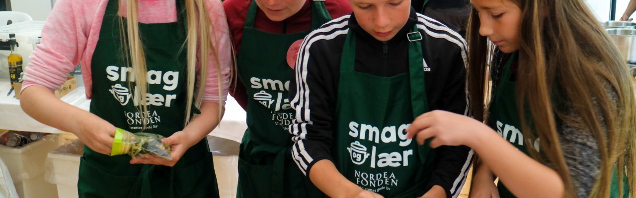 Elever fra Kongeskærskolen laver salat af tang høstet ved Hasle på Bornholm. Foto: Marianne Løth Pedersen