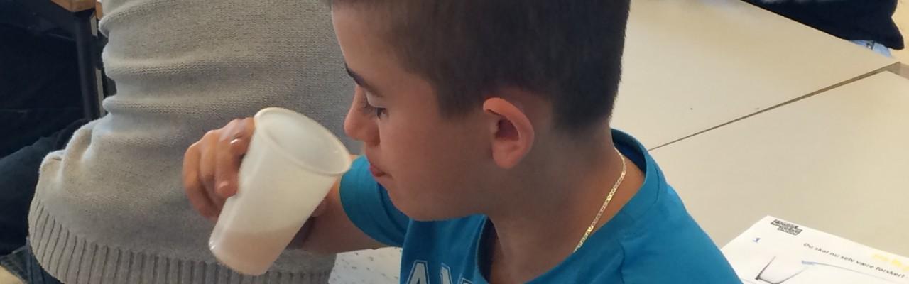 Hamza smager på den juice, han selv har blandet og tilsmagt. Foto: Eva Rymann