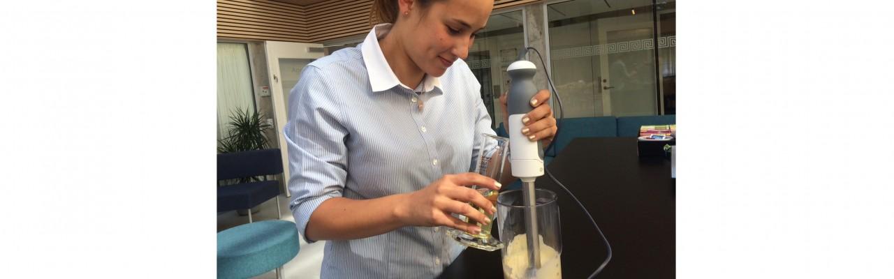 Irina Iachina blender den perfekte mayonnaise. Foto: Eva Rymann.