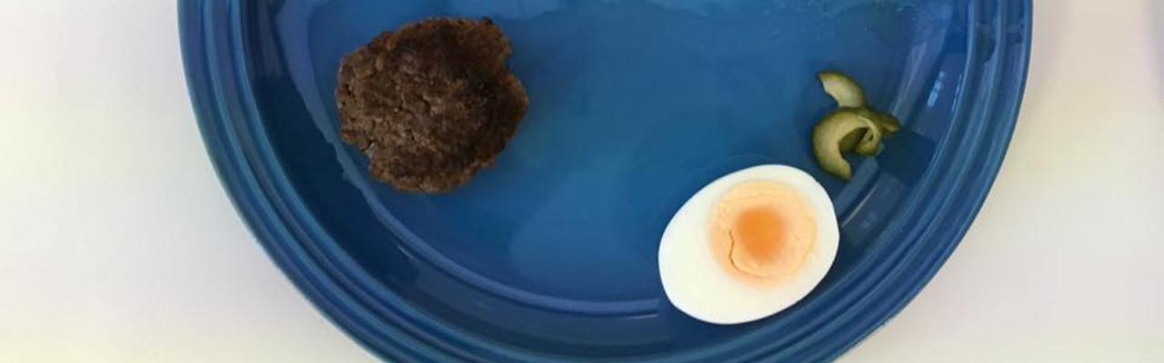 Er der forskel på smagen, når tallerkenerne har forskellig farve? Foto: Lise Brunk