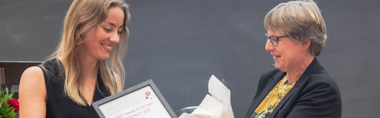 Charlotte Vinther Schmidt (t.v.) får prisen overrakt af dekan Katrine Krogh Andersen. Foto: Emilie Thejll-Madsen, KU-SCIENCE