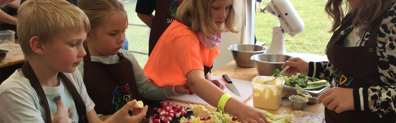 Måltidet skaber fællesskaber. Her er børn i gang med at kreere gode madpakker. Foto: Klavs Styrbæk