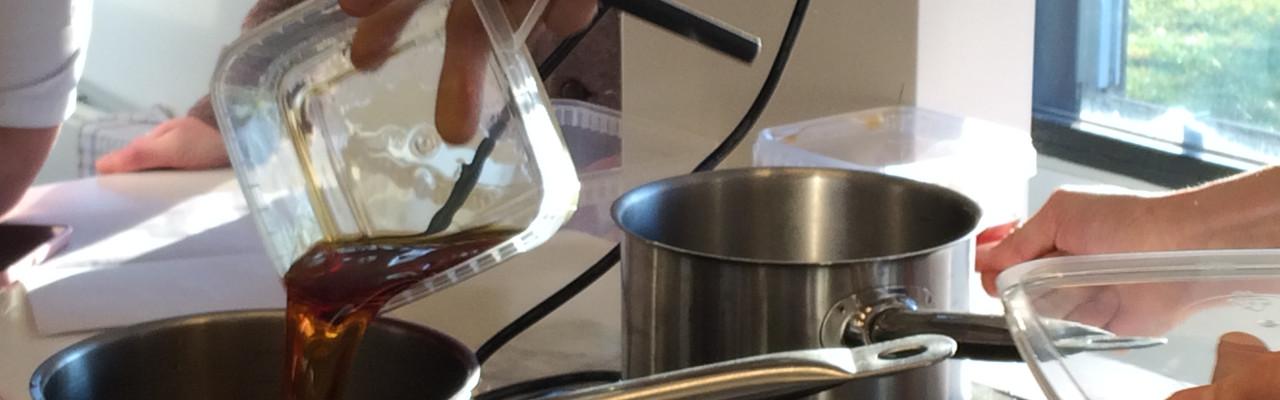 I gastrolaboratoriet kan man undersøge både gastronomiske og naturfaglige emner. Her indkogning af gastrik. Foto: Eva Rymann