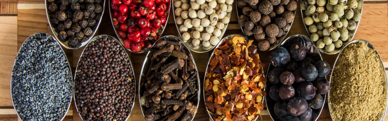 Salt og peber - men også f.eks. miso, gærflager, citronsaft, eddike eller gastrik kan bygge smagen op. Foto: Pixabay