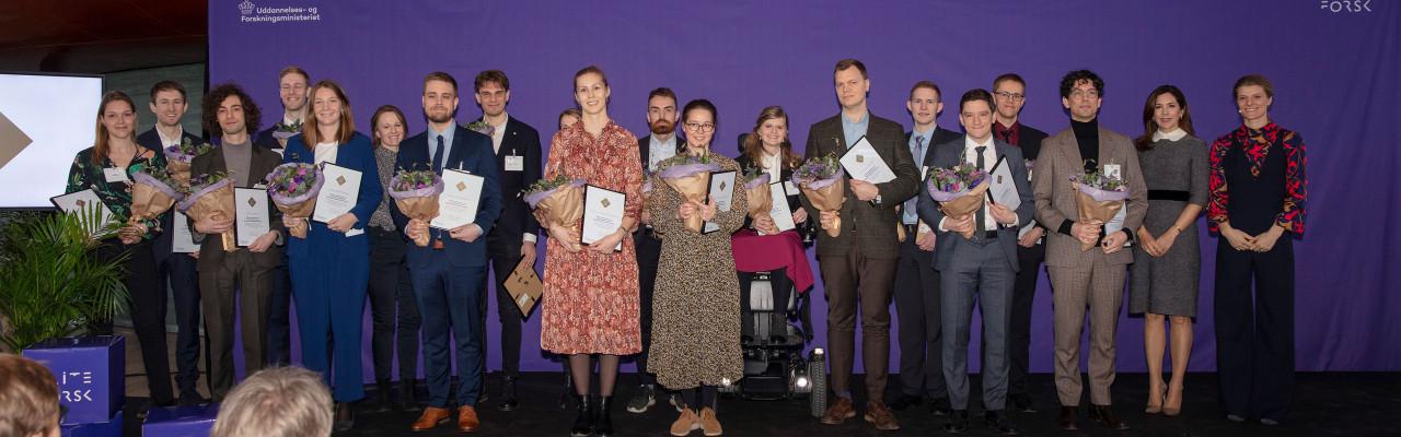 Smagsambassadør Mie Thorborg Pedersen (i midten, med briller) og de øvrige modtagere af EliteForsk-rejsestipendiet med kronprinsessen og Uddannelses- og Forskningsministeren.