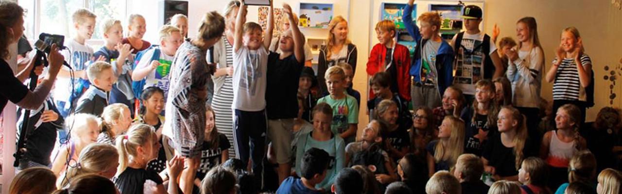 Børnenes kunstudstilling er også en konkurrence blandt de deltagende klasser. Foto: HCA Festivals.