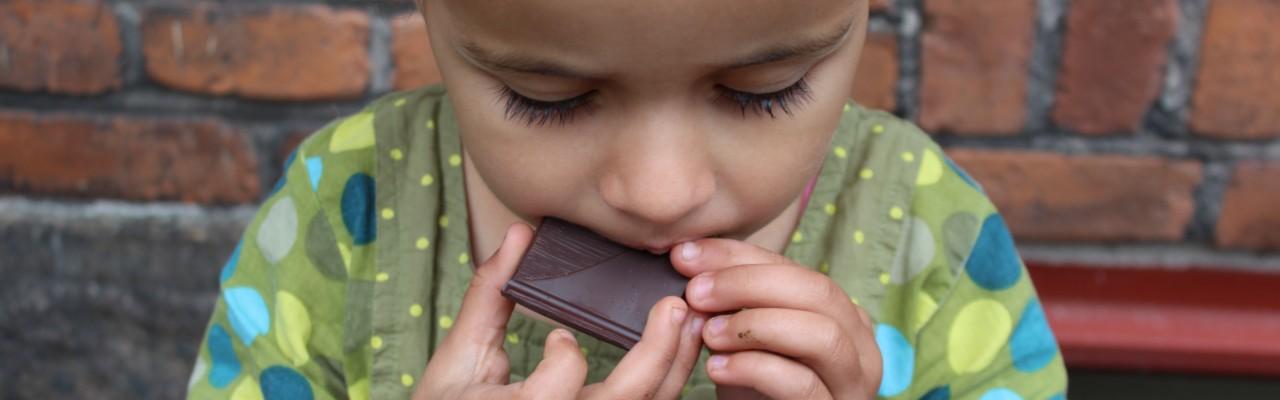 Pige smager på mørk chokolade