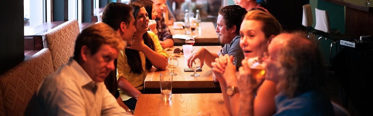 God stemning ved bordet får os til at synes, at maden smager bedre. Foto: Pixabay