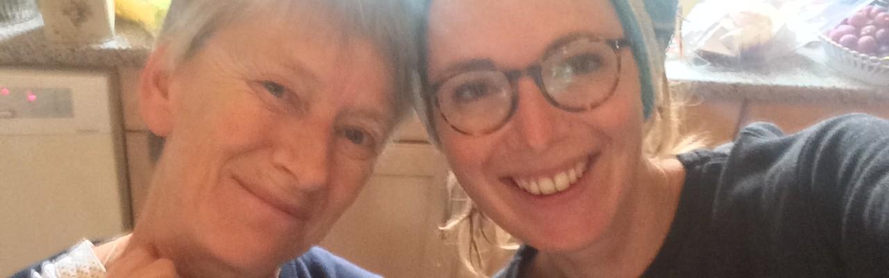 Charlotte Holm Brodersen og hendes mor i køkkenet. Privatfoto.