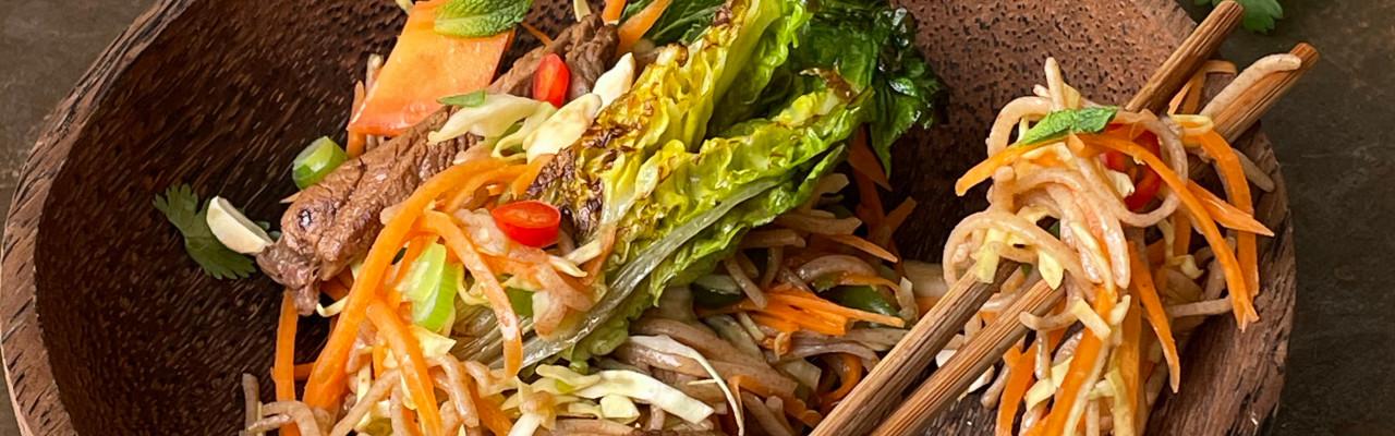 Asiatiske nudler med spicy urter, oksekød, sesam, lime, ingefær og ristet hjertesalat. Foto: Styrbæks