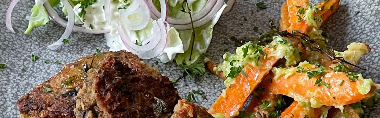 Bønnefrikadeller, gulerødder i squashsauce og salat med mormordressing. Foto: Styrbæks