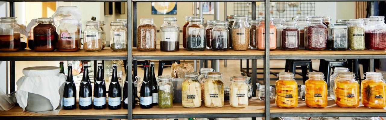 Udsnit af hylderne i fermenteringslaboratoriet på Hotel- og Restaurantskolen. Foto: Jonas Drotner Mouritsen