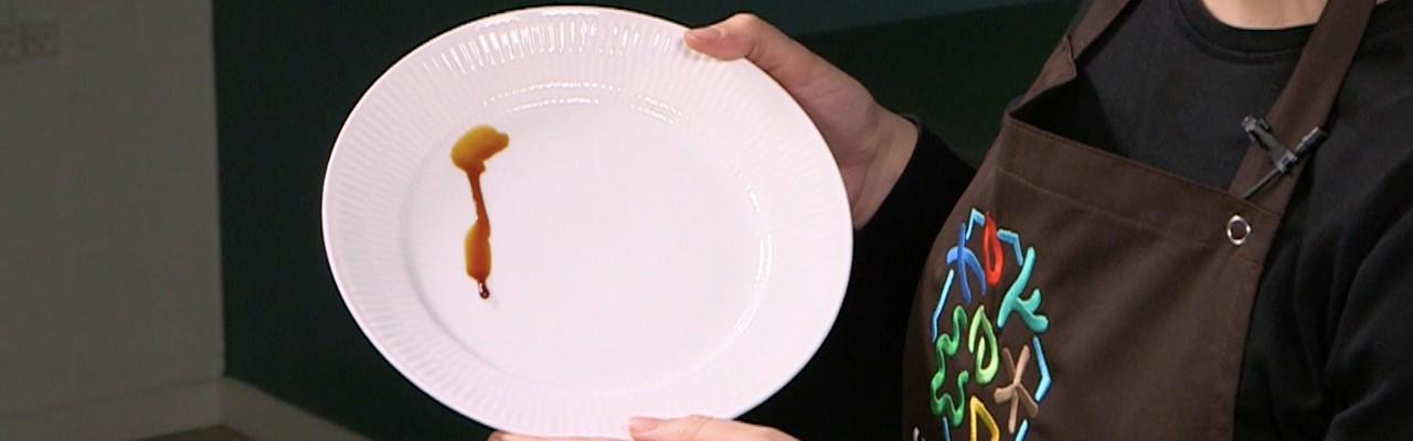 Gastrik skal være tyndtflydende. Mens du koger gastrikken ind, kan du tjekke en dråbe på en tallerken. Den skal let kunne løbe ned ad tallerkenen. Foto fra videoen.