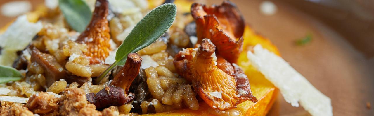 Grøntsager spiller hovedrollen i denne servering med bl.a. græskar og svampe. Foto: Jonas Drotner Mouritsen