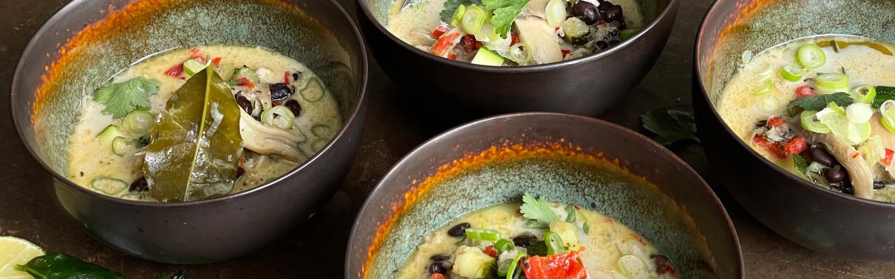 Kokos-kyllingesuppe inspireret af den thailandske Tom Kha Gai. Foto: Styrbæks