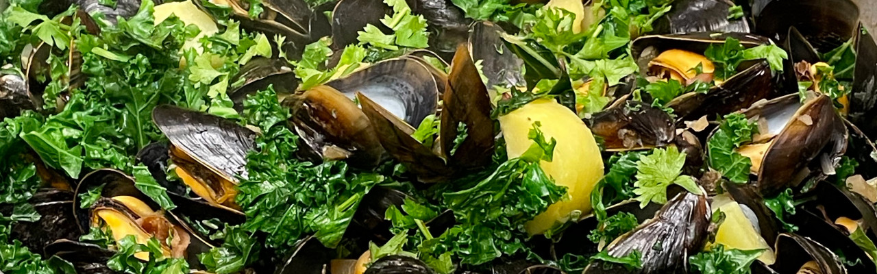 Muslinger, kartofler, grønkål og bacon er grundelementerne i denne ret. Foto: Styrbæks