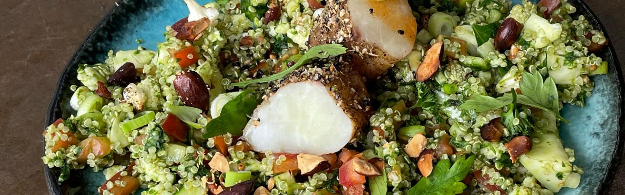 Quinoa, blomkål, mandler, grønt og torsk med krydderskorpe. Foto: Styrbæks