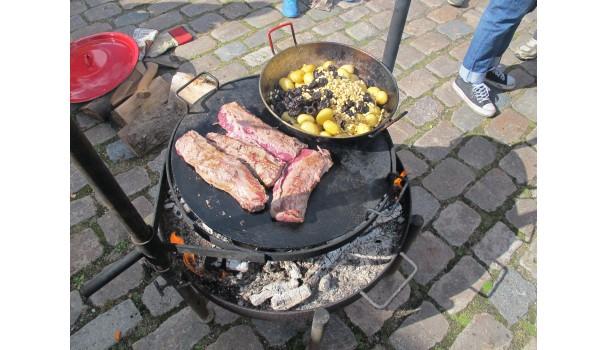 Dådyrfilet med kartofler, svesker og pinjekerner. Foto: Anne Bech
