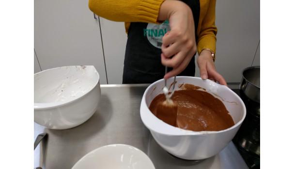 Chokoladesouffle undervejs. Her udnyttes æggets egenskaber som hævemiddel. Foto: Majbritt Pless