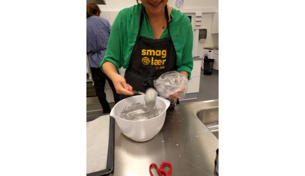 Marengs på vej. Æggehvide pisket med sukker og tilsat farve. Foto: Majbritt Pless