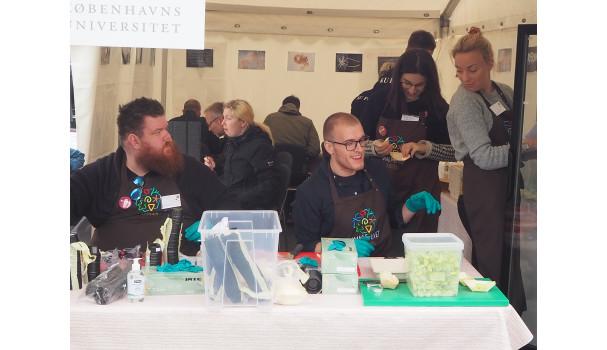 Studerende fra Københavns Universitet gør klar til testsmagning af grøntsager. Foto: Michael Bom Frøst