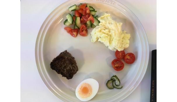 Hvad gør tallerkenfarven for din lyst til at spise maden? Døm selv. Fotos: Lise Brunk